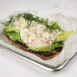Ristet brød med hjertesalat, dill og krabberøre